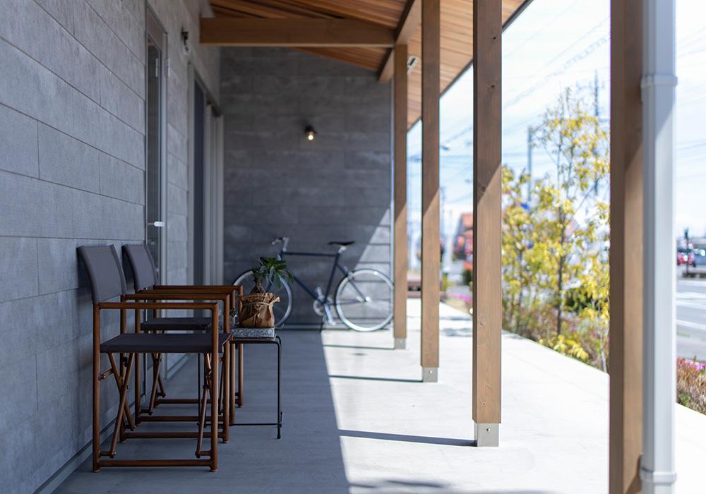 軒のある日当たりの良いテラス。晴れた日は外干しをしたり、椅子を出して日向ぼっこをするのも気持ち良さそうですね。