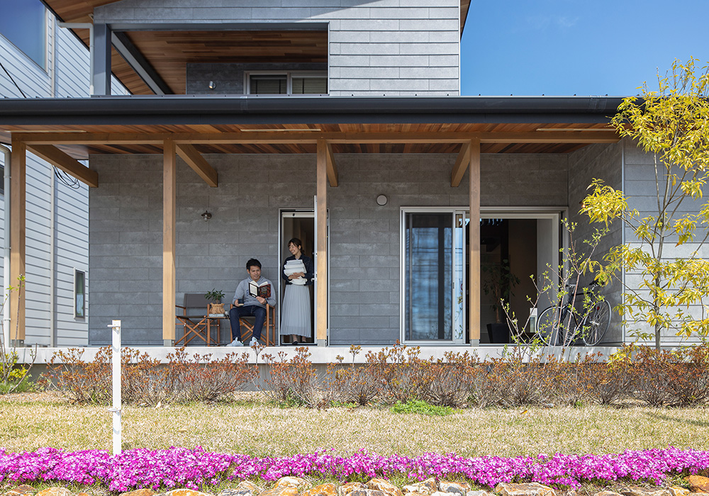 グレーの外壁×ウッドで、スタイリッシュかつ温かみのある雰囲気に仕上げた2階建ての外観。『THE・家』ではない、存在感のある雰囲気を演出します。