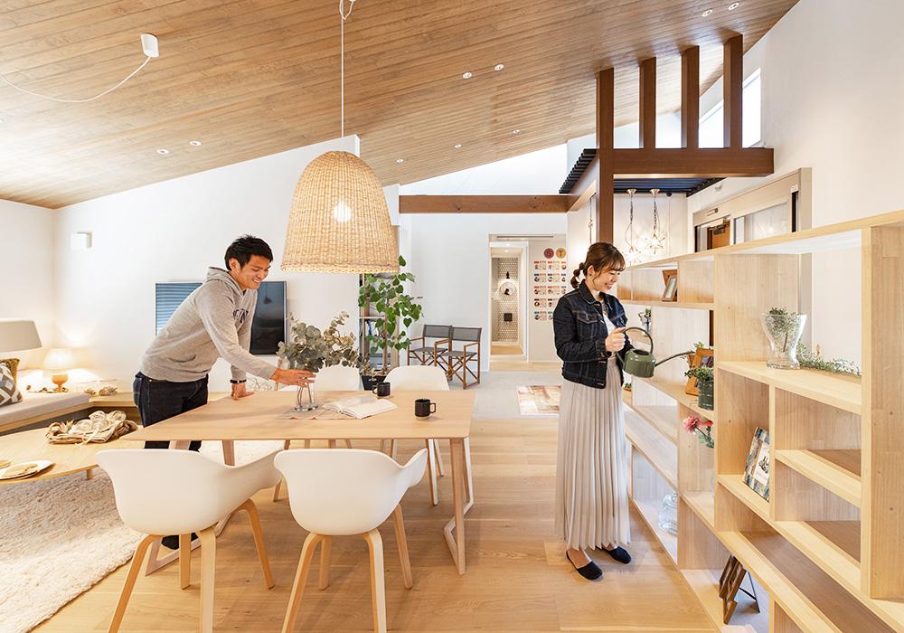 キッチンからの眺めは見通しが良く、開放感と共に板張り×勾配天井で、木の温もりを感じられます。
