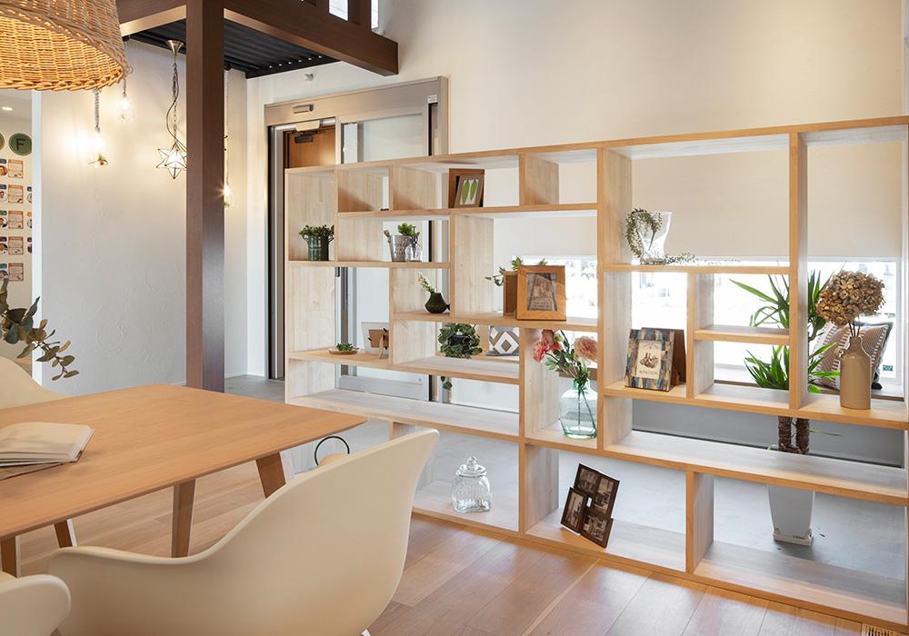 圧迫感なく自然に仕切れる造作棚には家族写真を飾ったり、好きなインテリアを飾って楽しむことができます。