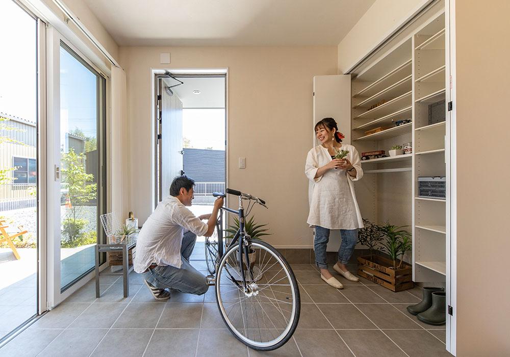 家族の距離を近くに感じる解放感と段差を楽しむ家