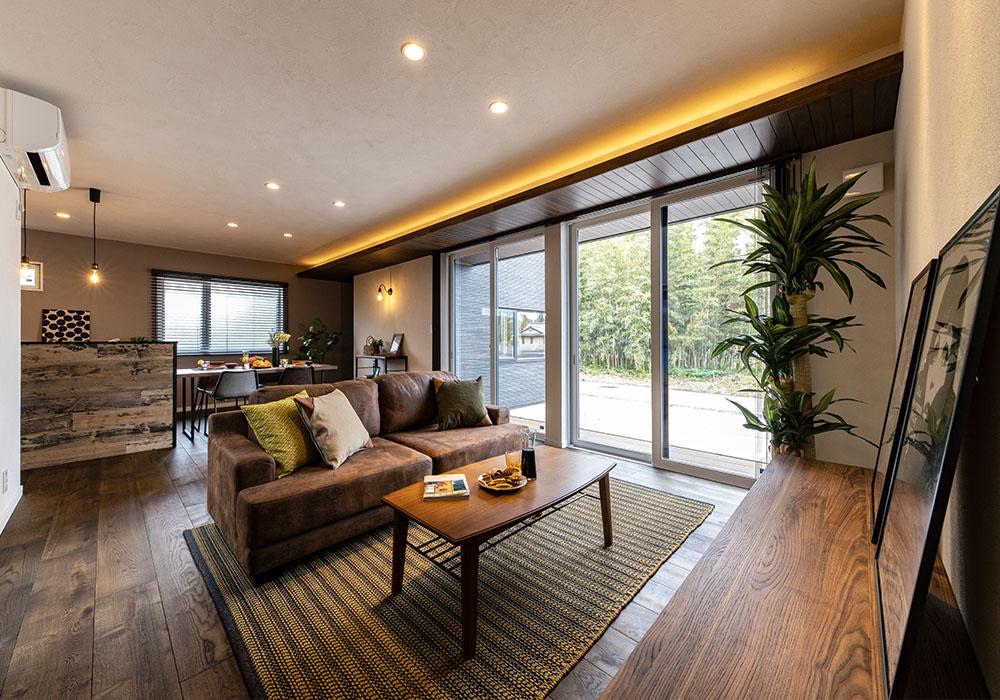 軒につながる下がり天井が統一感を出し、天井の間接照明が上品さを演出したリビングは、南向きに設けられているため日当たり良好です。