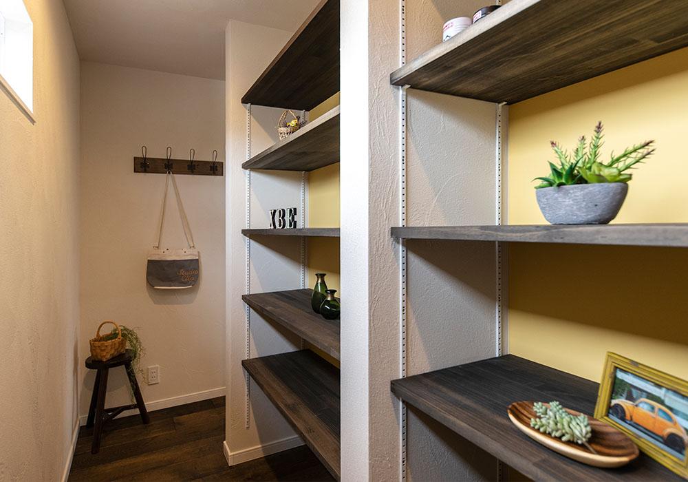 リビングの後ろに造った収納スペース。可動棚は高さを自分好みに変えられるので、家族の生活スタイルに合わせた使い方ができます。