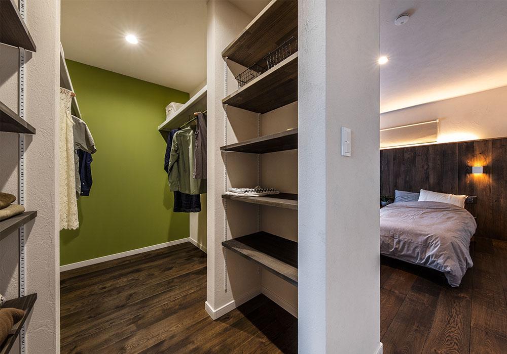 寝室にはベッドに行く前に造作の収納棚を完備したWICがあり、就寝前やお出かけ前の身支度もスムーズに行うことができるためとても便利です。