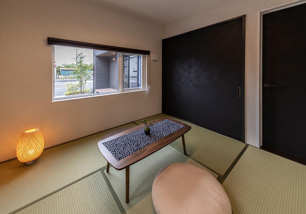 ダイニングの奥に設けた和室。プリーツスクリーンのカーテンを開けると優しい光が差し込み、まったりできる憩いの場になります。