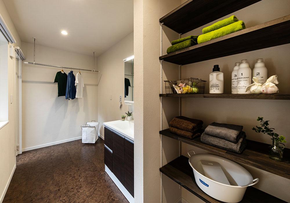 浴室から続く洗面脱衣室は広々とした造りに。中庭に抜けることができるため、洗濯物の多い日もラクラクです。