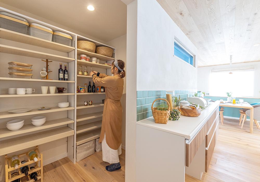 キッチン奥の広々としたパントリー。自社で製作した造作棚は、収納するものに合わせて高さの調整ができるので、使い勝手が抜群です。