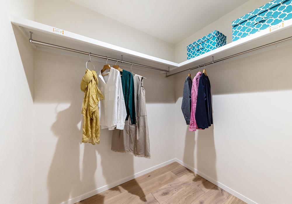 たっぷり収納ができる主寝室のWIC。ベッドの手前に設けてあるため、忙しい朝や帰宅時も奥まで行かずに済むので便利です。