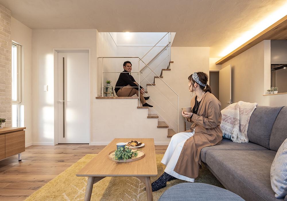 2階へ通じる雛壇の階段は、開放感がありリビングを広く見せてくれます。仕切りをなくすことで目が行き届き、家族を近くに感じることができます。