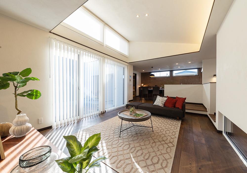勾配天井のリビングは開放感があり、高窓からもれる優しい光が癒しと安らぎを与えてくれます。