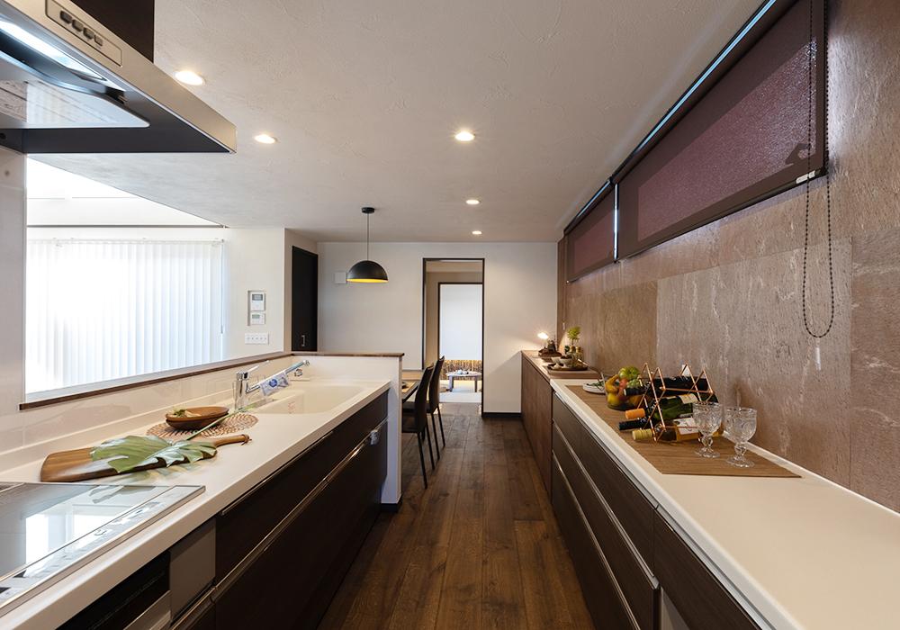 広々としたキッチンは、収納力も抜群。2人並んでも余裕があるので、家族と一緒に料理を作る楽しみが増えそうです。