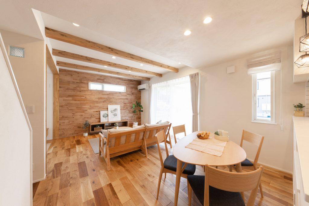 カフェスタイル×梁がオシャレな自然素材の魅力が詰まった四角い家