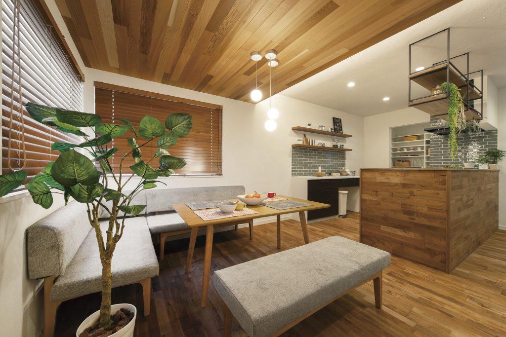 板張りと間接照明が映えるカフェスタイルの家
