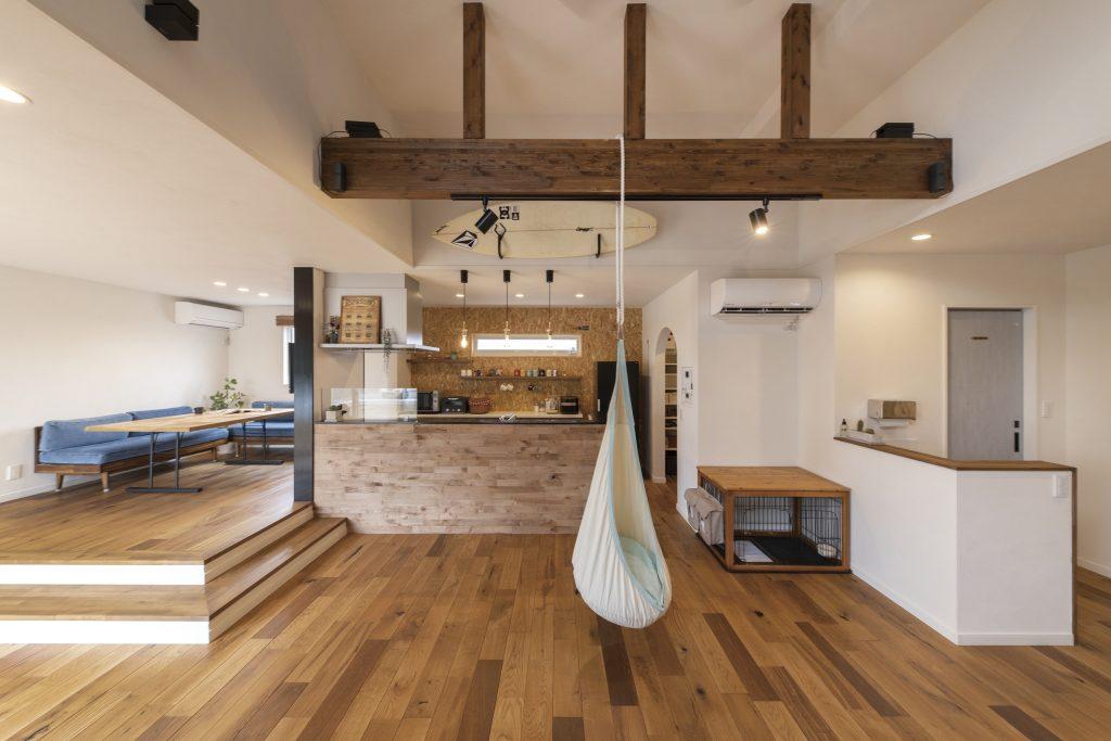 開放的なリビングでハンモックのある暮らしを楽しむ平屋の家