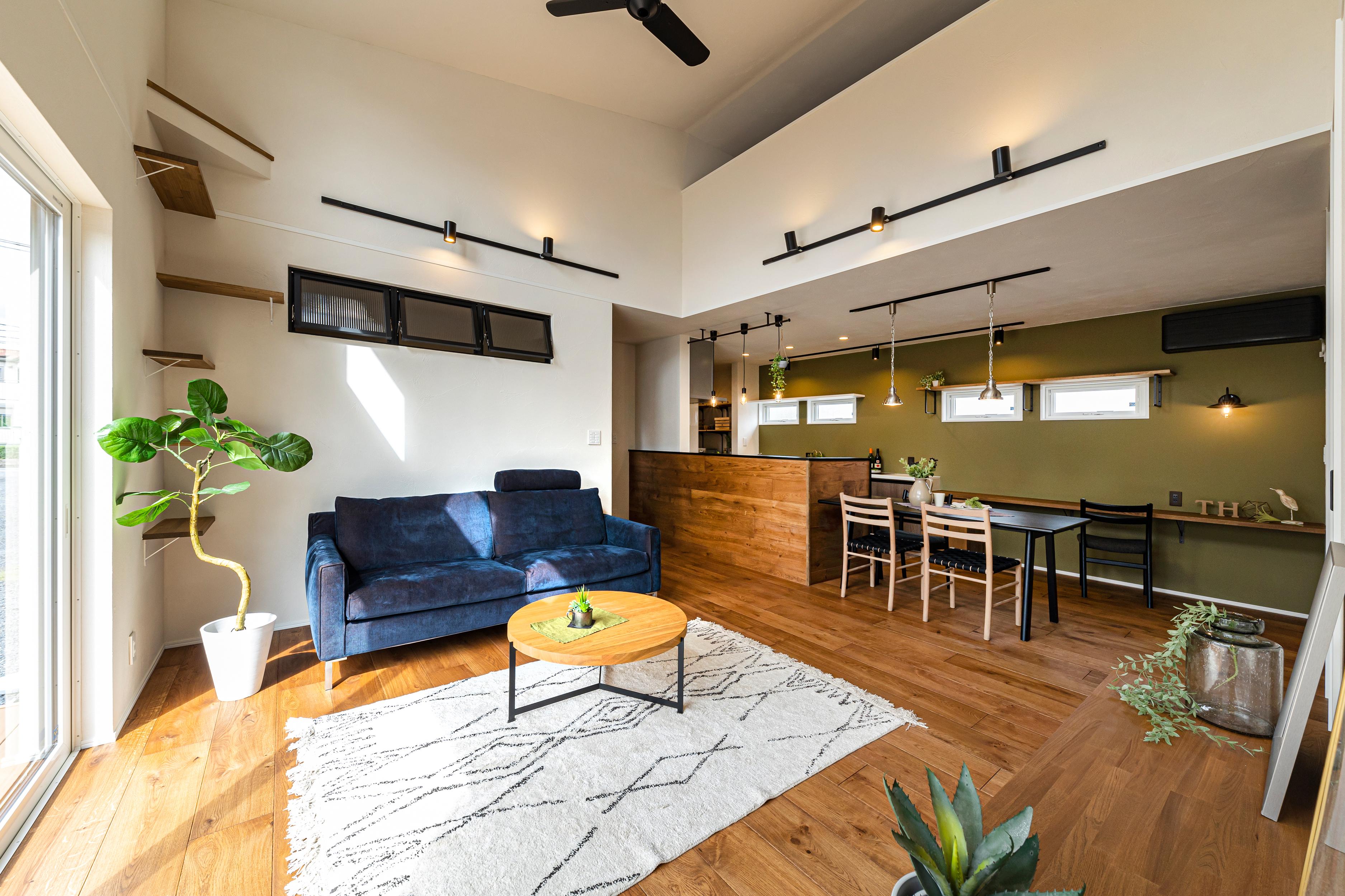 ロフト×勾配天井×吹き抜けリビングのある、ペットと暮らす平屋の家