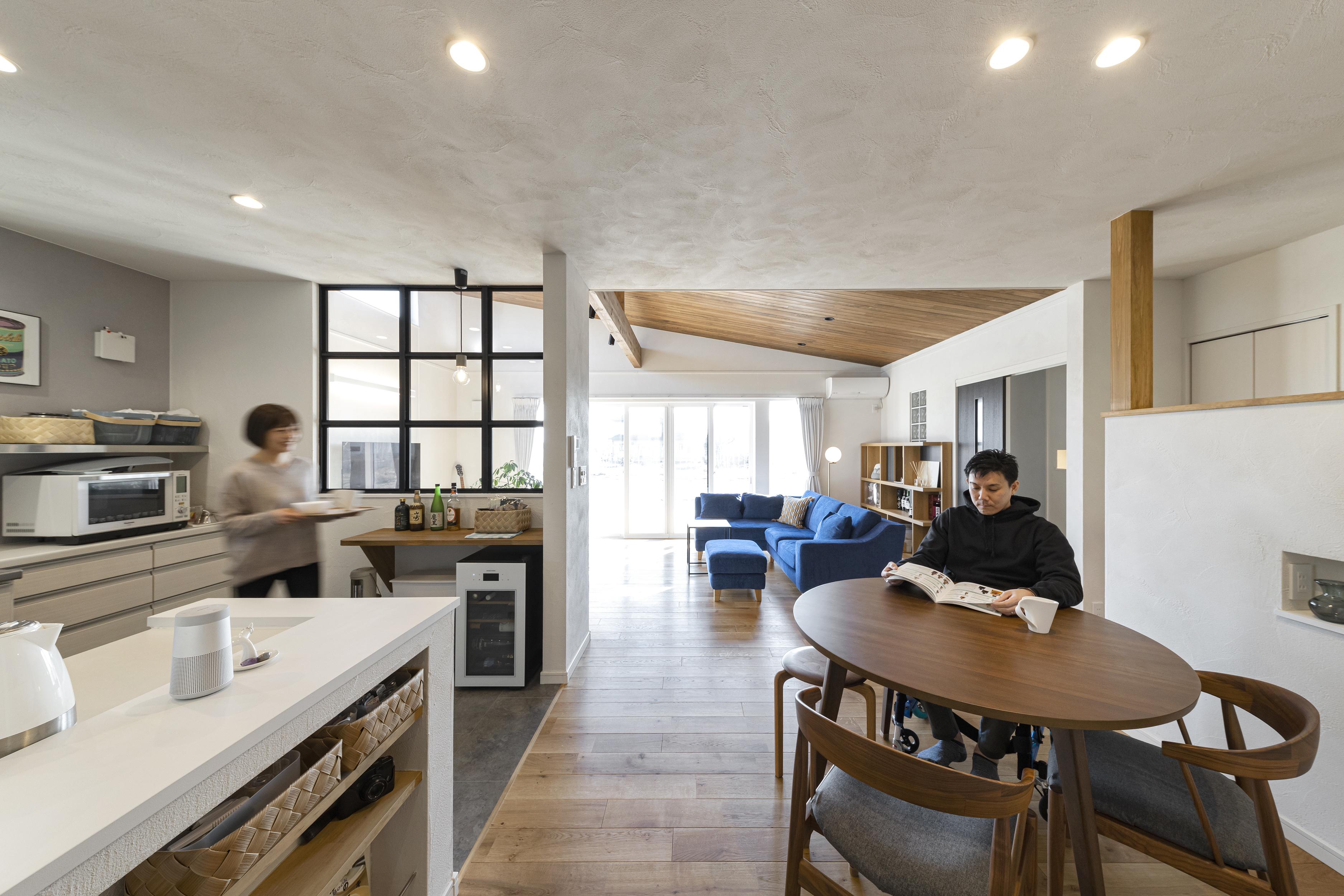 ゆとりある設計でのびのび暮らす、板張り×勾配天井のある平屋