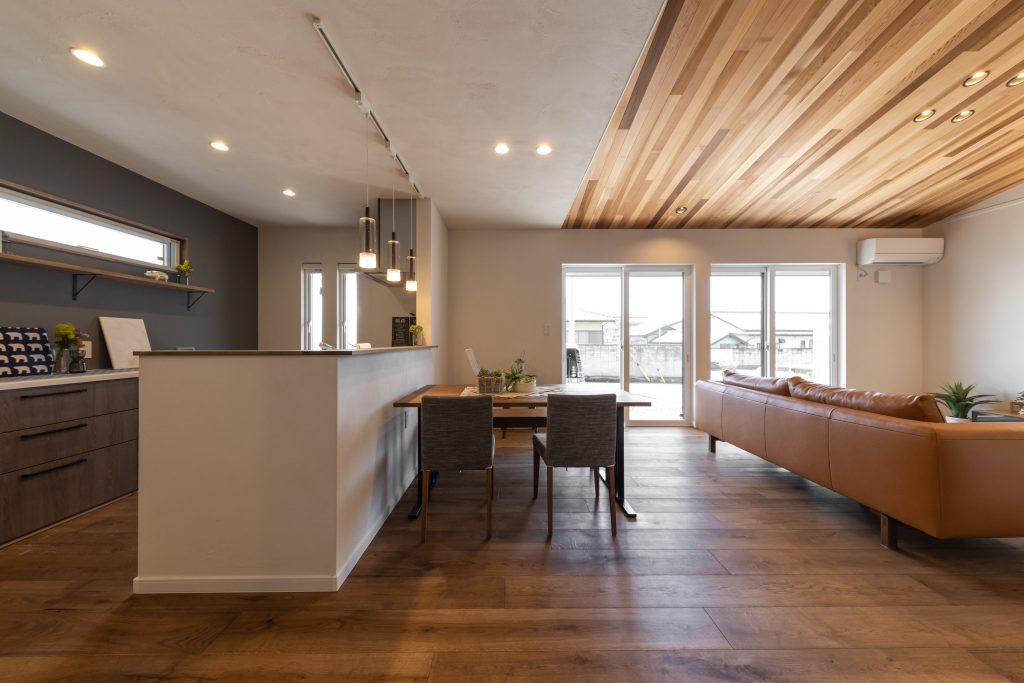 無垢床×勾配天井×板張りリビングが魅力的な重厚感のある家