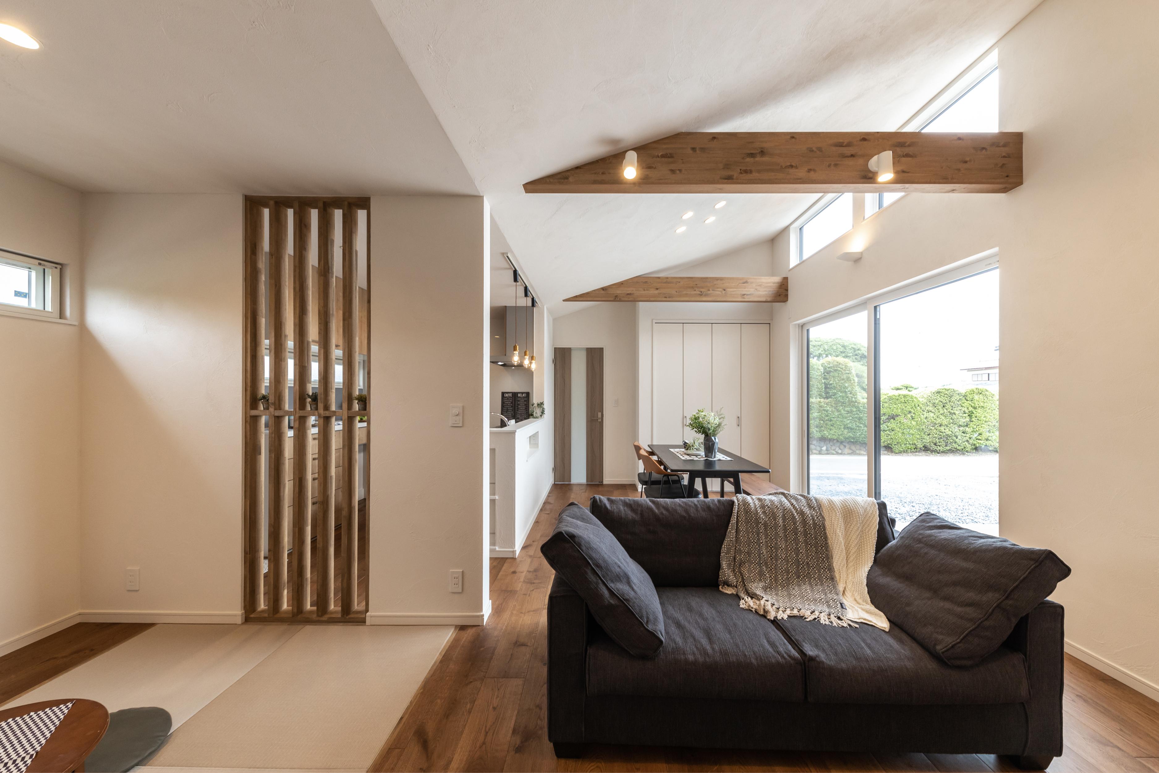 梁が渡る勾配天井で、空間が広がる平屋の家