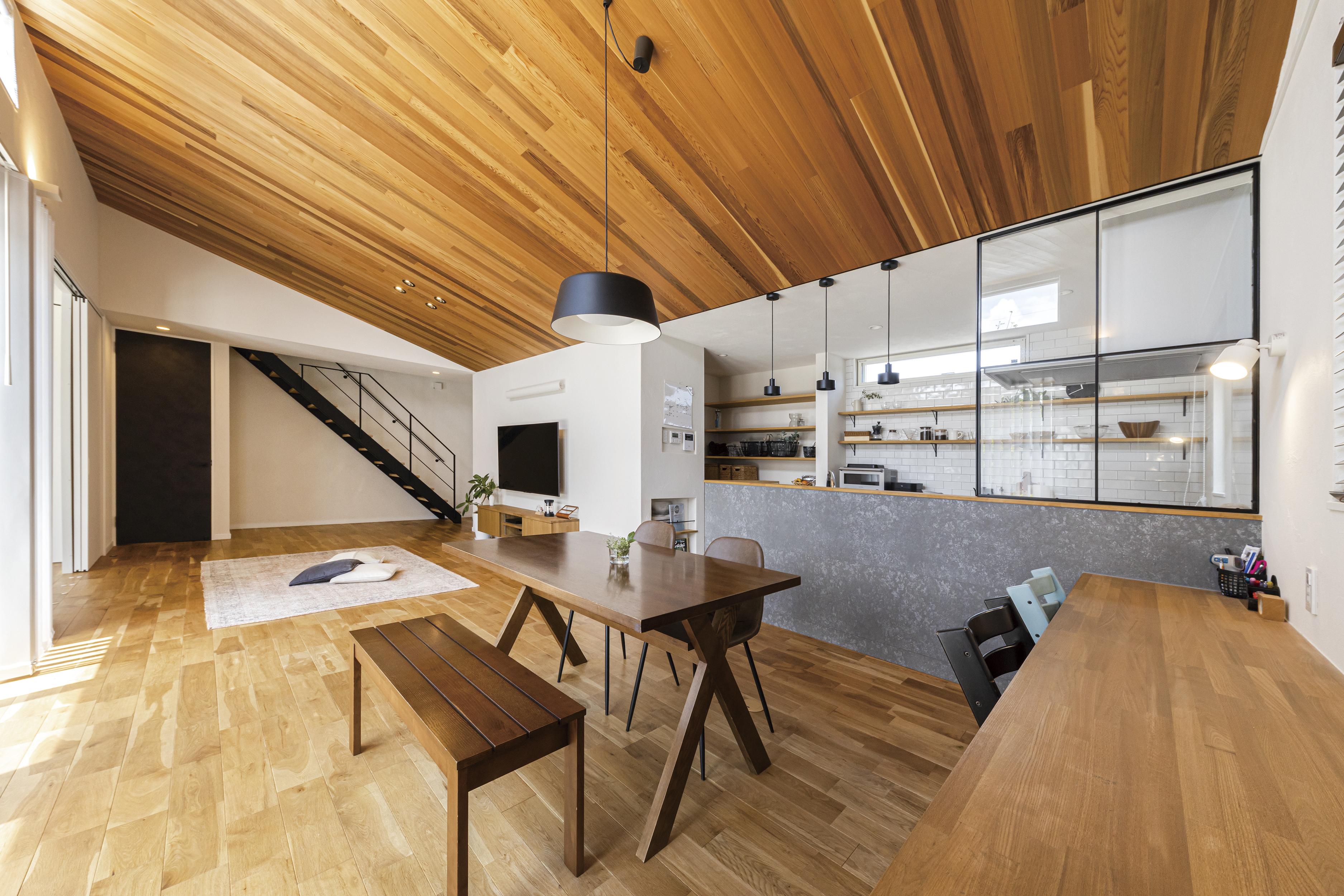 板張りの勾配天井×スケルトン階段×アトリエのある家